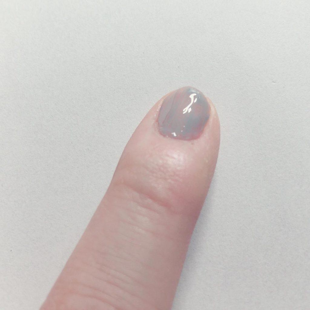 1回め。爪の色が透けていてもOK。この時点でのムラは気にしない。